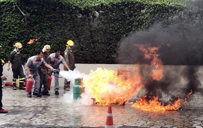 ฝึกพนักงานเข้าระงับเพลิงไหม้ ด้วยถังเคมี