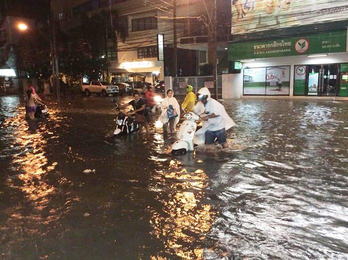 ประชาชนที่เสี่ยงฝ่าถนนที่มีน่ำท่วมขัง เครื่องยนต์เกิดน๊อคน้ำไปหลายราย บริเวณหน้าธนาคารกสิกรไทย สาขานาเกลือ