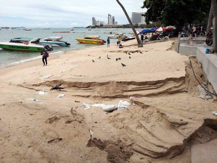 ชาวบ้านร้อง ฝนตกน้ำกัดเซาะทรายชายหาดหน้า โรงพักเมืองพัทยา หวั่นกระทบโครงการเสริมทรายชายหาดในระยะยาว