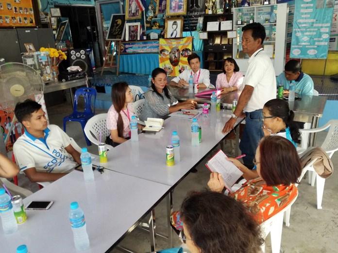 """นายวิรัตน์ จ้อยจินดา ประธานชุมชนซอยกอไผ่ เป็นประธานเปิดการประชุม ร่วมกับตัวแทนจากธนาคารออมสิน และคณะกรรมการชุมชน เพื่อเตรียมจัดงาน """"ออมสินดูแลรุ่นพี่ Be Healthy & Happy"""" ในวันเสาร์ที่ 15 กันยายน นี้"""