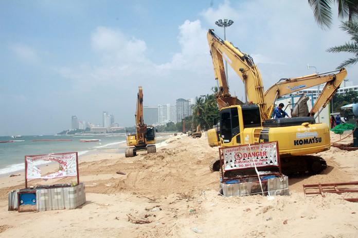 เครื่องจักรหนัก ดำเนินการเสริมทราย ระหว่างชายหาดพัทยา ซอย 4-7 ขณะนี้ไม่สามารถใช้พื้นที่หน้าหาดได้