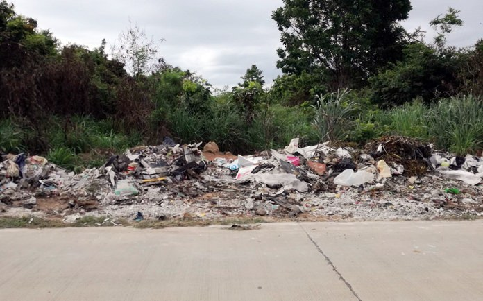 ชาวบ้านร้องสื่อมวลชน ว่ามีผู้ลักลอบทิ้งขยะกองมหึมา ถนนหลังโรงเรียนธาราพัฒนา