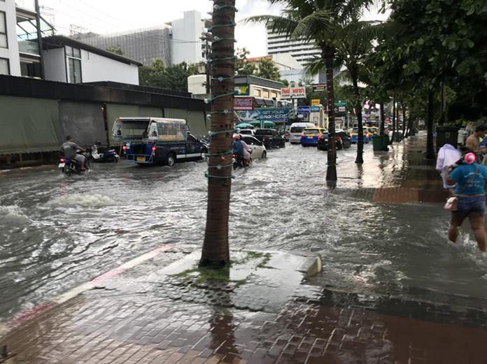สภาพน้ำท่วมขัง บนถนนเลียบชายหาดพัทยา