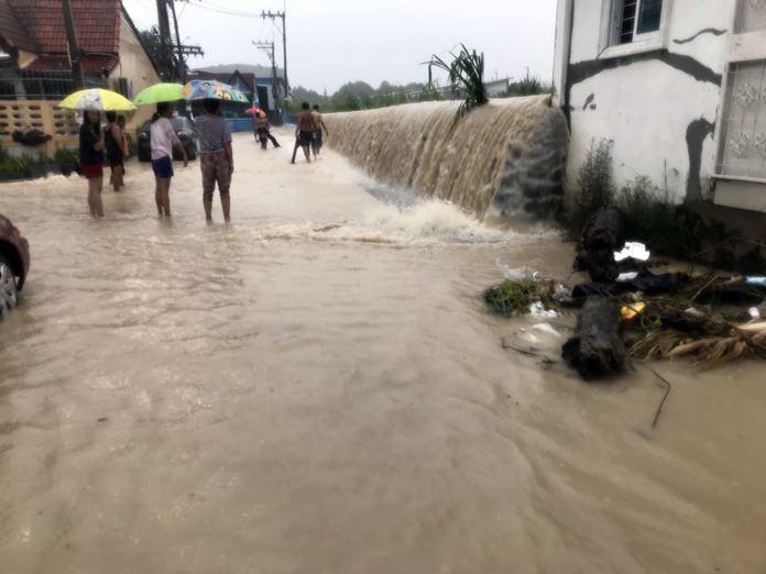 ชุมชนมาบประดู่  เขาตาโลซอย 5 น้ำไหลทะลักเข้าบ้านเรือนประชาชน