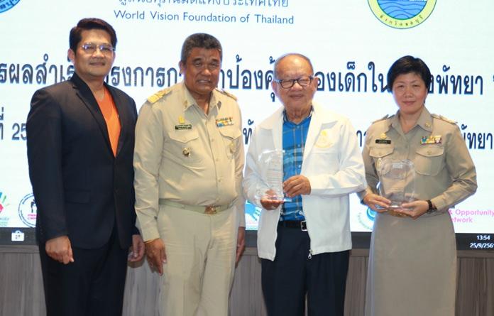 .(จากซ้ายไปขวา) ดร.สราวุธ ราชศรีเมือง ผู้อำนวยการ มูลนิธิศุภนิมิตแห่งประเทศไทย นายสามารถ เที่ยงพูนวงศ์ วัฒนธรรมจังหวัดชลบุรี ดร.มาย ไชยนิตย์ นายกเทศมนตรีเมืองหนองปรือ นางสาวพรรณี ลิ้มเจริญ ผู้อำนวยการสำนักพัฒนาสังคม เมืองพัทยา ร่วมกันเปิดนิทรรศการฯ
