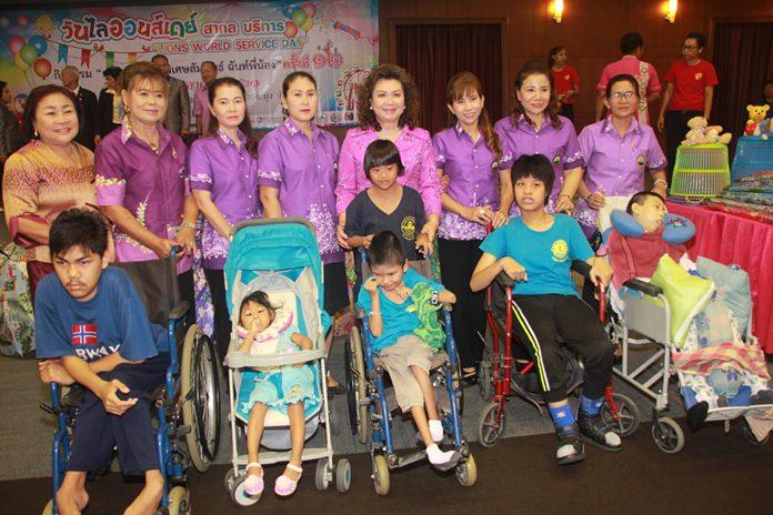 กลุ่มพัฒนาสตรี เทศบาลเมืองหนองปรือ สนับสนุนเงินจำนวน 3,940 บาท แก่เด็กพิเศษที่ยากไร้