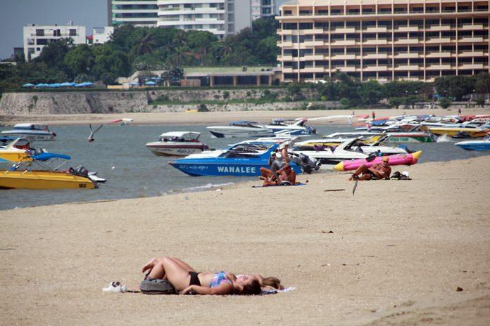 บรรยากาศวันหยุดร่มเตียง ชายหาดพัทยา ช่วงที่มีการเสริมทรายเรียบร้อย นักท่องเที่ยวประทับใจกับชายหาดที่กว้างขึ้น