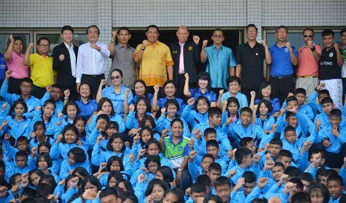 นายสนธยา คุณปลื้ม นายกเมืองพัทยา เป็นประธานกล่าวให้โอวาทตัวแทนนักกีฬา จากโรงเรียนในสังกัดเมืองพัทยา จำนวน 277 คน ที่เข้าร่วมการแข่งขัน กีฬานักเรียนองค์กรปกครองส่วนท้องถิ่น แห่งประเทศไทย ครั้งที่ 36