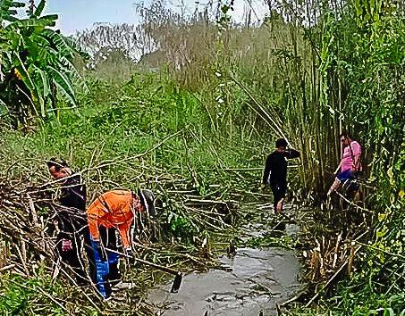 งานป้องกันและบรรเทาสาธารณภัย เทศบาลเมืองหนองปรือ ลอกคลองระบายน้ำ ซอยหนองหิน