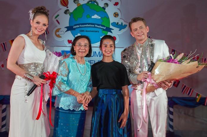 นางรัชฎา ชมจินดา  ผอ.มูลนิธิ HHN เพื่อเด็กไทย และตัวแทนจากเด็กในการดูแล ขึ้นมอบช่อดอกไม้ เพื่อเป็นการขอบคุณคริสตี้ และโจนัส