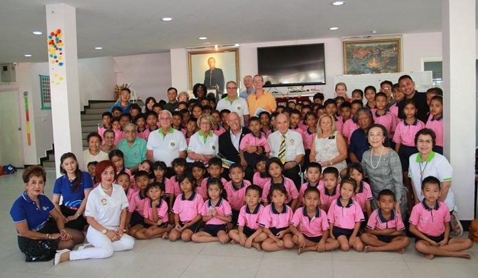 นางรัชฎา ชมจินดา ผอ.มูลนิธิ HHN เพื่อเด็กไทย นายศิโรเมศน์ อัครพงษ์พานิช ผช.ผอ.มูลนิธิ HHN  ให้การต้อนรับ คณะสโมสรโรตารี จากประเทศสหรัฐอเมริกา และแคนาดา ด้วยความอบอุ่น
