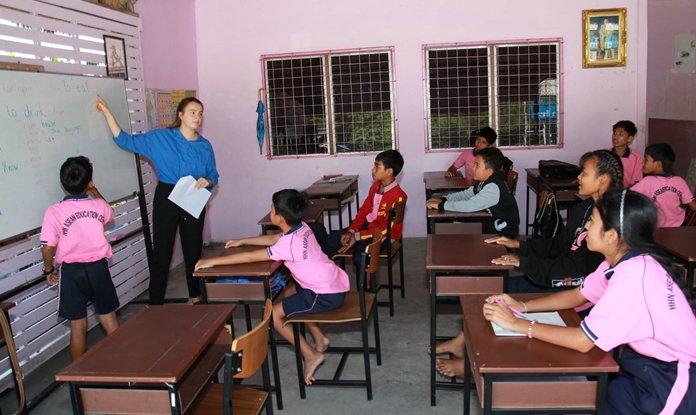 Ms.Fanny  จิตอาสาชาวต่างชาติ สัญชาติเยอรมัน ที่ถูกส่งตัวมาช่วยงานมูลนิธิ กำลังสอนวิชาภาษาอังกฤษแก่เด็กข้ามชาติ