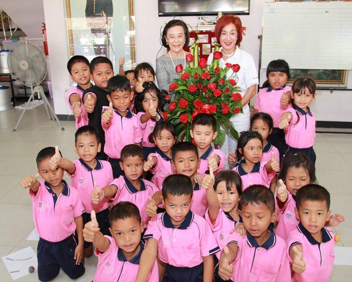 นางรัชฎา ชมจินดา ผอ.มูลนิธิ HHN เพื่อเด็กไทย นำเด็กข้ามชาติ ในการดูแล มอบกระเช้าอวยพรวันเกิดย้อนหลังแก่คุณ Maneeya Engelking นายกสโมสรโรตารี อีคลับ ดอร์ฟิน พัทยา