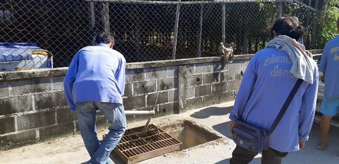 เจ้าหน้าที่เมืองพัทยา ดำเนินการเปลี่ยนฝาท่อระบายน้ำ ในซอยพัทยาใต้ 24 ตามที่ร้องเรียน