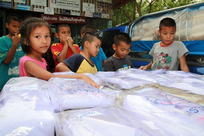 เด็กๆดีใจที่ได้ใส่เสื้อผ้าใหม่ไปโรงเรียน