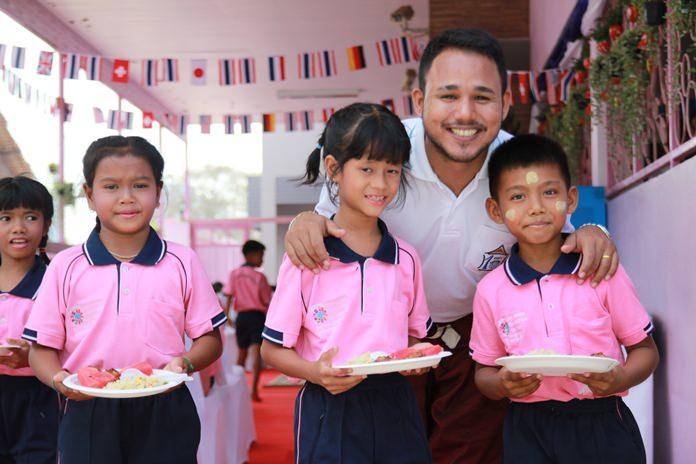 เด็กๆรับประทานอาหารที่เหล่าสปอร์นเซอร์ผู้ใจดีให้การสนับสนุน
