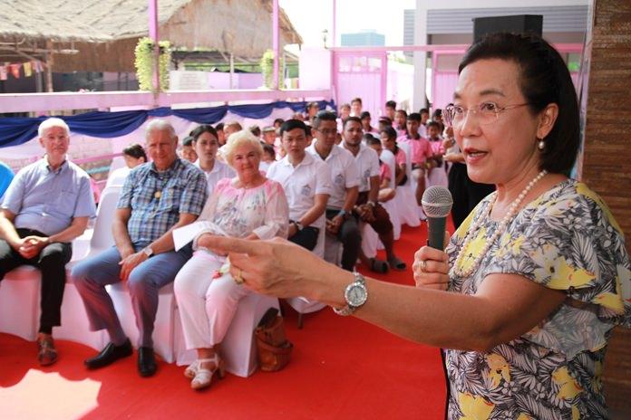 นางรัชฎา ชมจินดา ผอ.มูลนิธิ HHN เพื่อเด็กไทย กล่าวให้การต้อนรับและกล่าวขอบคุณผู้ให้การสนับสนุนมูลนิธิ ทำให้งานต่างๆสามารถขับเคลื่อนต่อไปได้