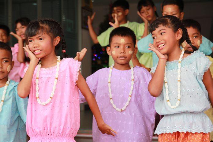 เด็กข้ามชาติโชว์การเต้นเข้าจังหวะเพลง ได้อย่างอ่อนช้อย