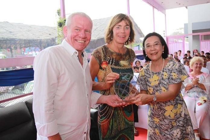นางรัชฎา ชมจินดา ผอ.มูลนิธิ HHN เพื่อเด็กไทย มอบโล่เกียรติคุณ ให้แก่ตัวแทนผุ้ที่ให้การสนับสนุนมูลนิธิฯ