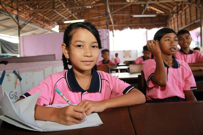 เหล่าผุ้ให้การสนับสนุนเข้าศึกษาดูงาน ด้านการเรียนการสอนของเด็กข้ามชาติ ซึ่งได้มีการสอนภาษากัมพูชา ภาษาไทย อังกฤษ และคณิตศาสตร์