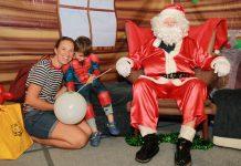 ลุงซานต้าครอสใจดี แจกของขวัญแก่เด็กๆ