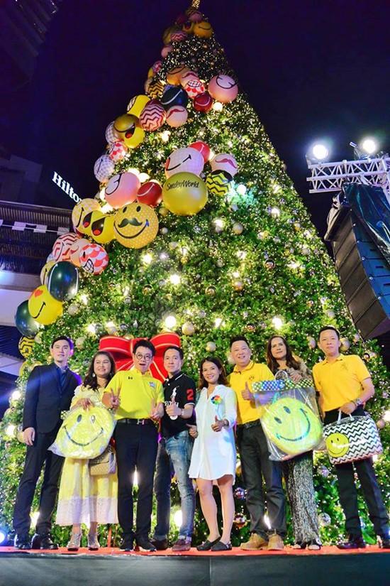 นายรัตนชัย สุทธิเดชานัย ประธานที่ปรึกษาสมาคมแหล่งท่องเที่ยวจังหวัดชลบุรี พร้อมด้วยแขกผู้มีเกียรติและส่วนเกี่ยวข้องร่วมเปิดงาน Christmas Tree light up Celebration 2018