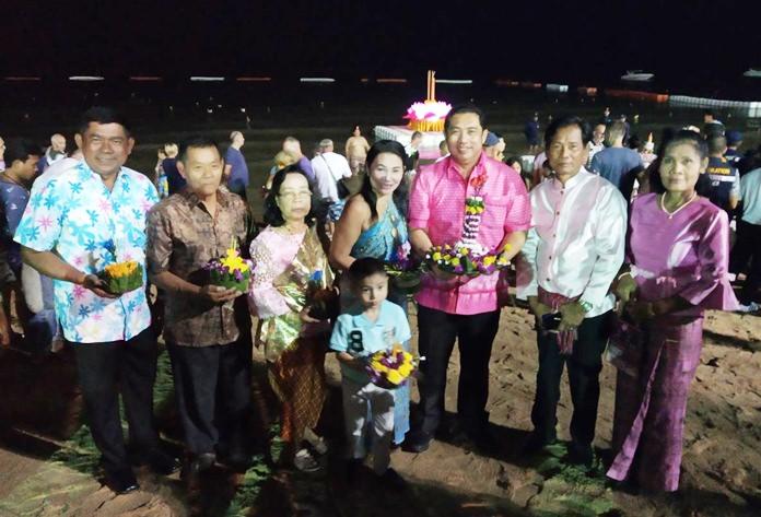"""นายสนธยา คุณปลื้ม นายกเมืองพัทยา เปิดงาน """"ร่วมสืบสานศิลปวัฒนธรรมไทย"""" All are invited to join Thai cultural event of Jomtien Beach Loy Krathong Festival โดยมี ประธานชุมชนซอยกอไผ่ คณะกรรมการ ที่ปรึกษา และตัวแทนชุมชนใกล้เคียงเข้าร่วมงาน"""