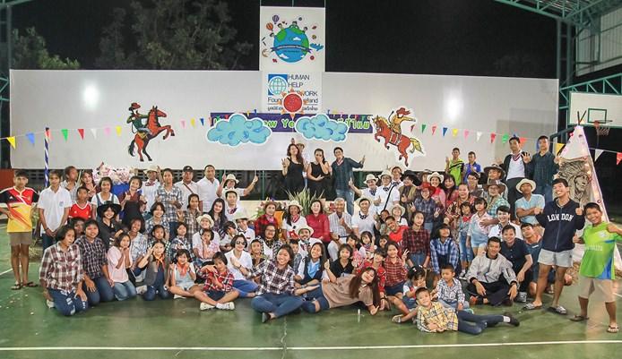 นางรัชฏา ชมจินดา ผอ.มูลนิธิ HHN เพื่อเด็กไทย นายสัมพันธ์ อัครพงษ์พานิช รองประธานมูลนิธิ ฯ จัดงานเลี้ยงสังสรรค์ปีใหม่ในธีมงานคาวบอย เพื่อให้บรรดาพนักงาน เจ้าหน้าที่ และเด็กในการดูแลในเครือข่ายมูลนิธิ HHN เพื่อเด็กไทย ได้พักผ่อนและทำกิจกรรม ร่วมกันสร้างความสามัคคีในองค์กร