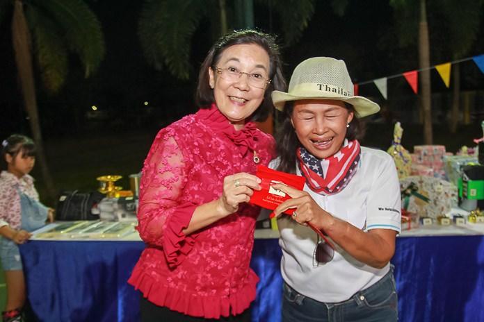 นางรัชฏา ชมจินดา ผอ.มูลนิธิ HHN เพื่อเด็กไทย มอบทองให้แก่เจ้าหน้าที่ผู้โชคดี