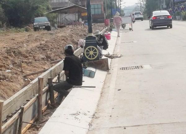 โครงการทำไหล่ทางเท้าถนนเส้นพัฒนาการ ความกว้างประมาณ 1.30 เมตร ระยะทางตลอดสายยาวเกือบ 4 กิโลเมตร