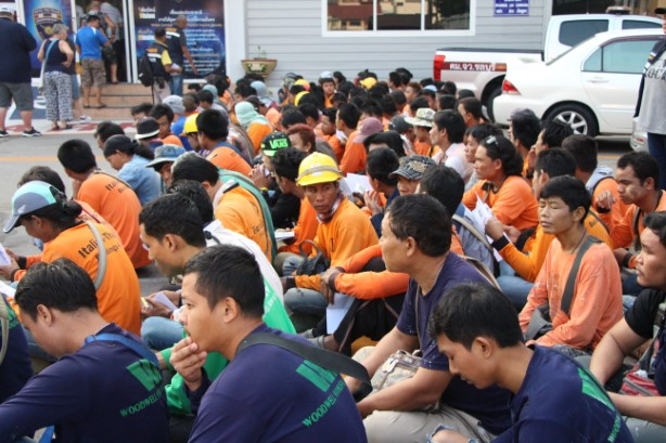 ตม.ชลบุรี คุมแรงงานต่างด้าวกว่า 200 ราย ป้องกันอาชญากรรม