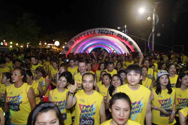 """สุดคึกคัก! นักวิ่งนับพัน ร่วมกิจกรรมการแข่งขันวิ่ง """"Pattaya Night Run 2019"""""""