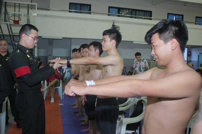 ชายไทยเข้าร่วมการคัดเลือกทหาร  ในพื้นที่อำเภอบางละมุง