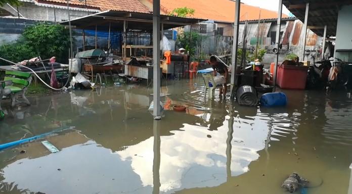 ชาวบ้านมาบยายเลีย 43 ทุกข์หนัก น้ำทะลักท่วมเข้าบ้าน ขนของหนีแทบไม่ทัน