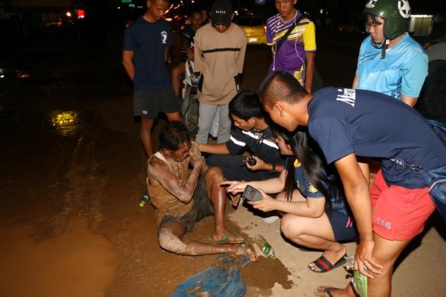 แรงงานหนุ่มพม่าเมาหนัก ถูกซ้อมสะบักสะบอม ยังไม่ทราบคู่กรณี