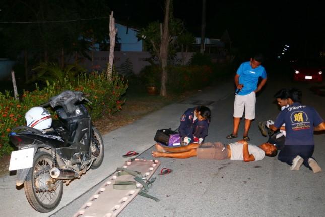 หนุ่มพลูตาหลวง ควบจักรยานยนต์ เหินเนินกระโดดพลิกคว่ำบาดเจ็บ