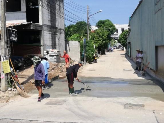 ชาวบ้านชุมชนซอยอรุโณทัย รอเมืองพัทยาไม่ไหว ทำเนินกั้นน้ำแก้ไขปัญหา หลังมีฝนตกน้ำทะลัก