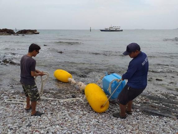 สนง.เมืองพัทยาเกาะล้าน เดินหน้าแก้ไขทุ่นและอุปกรณ์ชำรุด ที่ลอยไปติดฝั่งหาดแสมนำซ่อมแซม
