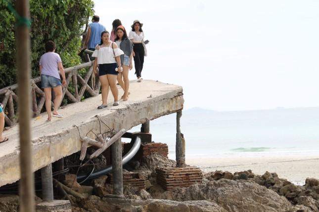ชาวบ้านและนักท่องเที่ยวร้องเรียน สะพานหาดเทียนบนเกาะล้าน ชำรุดทรุดโทรม อีกทั้งไม่มีไฟฟ้าใช้มากกว่า 10 ปี