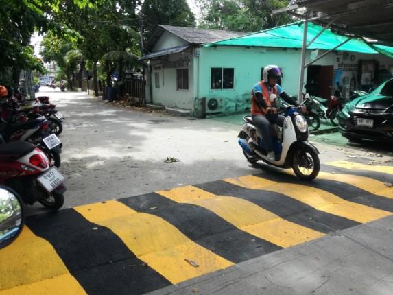 เมืองพัทยา ทาสีเนินชะลอความเร็ว ซอยเฉลิมพระเกียรติ 8 เพื่อความปลอดภัยของประชาชน