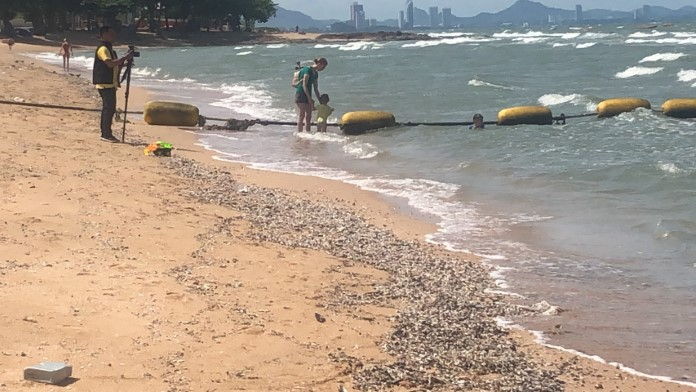 นักท่องเที่ยวร้องสื่อ ท่อระบายน้ำโผล่กลางทะเลริมหาดยินยอม ขยะเศษปฏิกูลเกลื่อนทำลายภูมิทัศน์การท่องเที่ยว