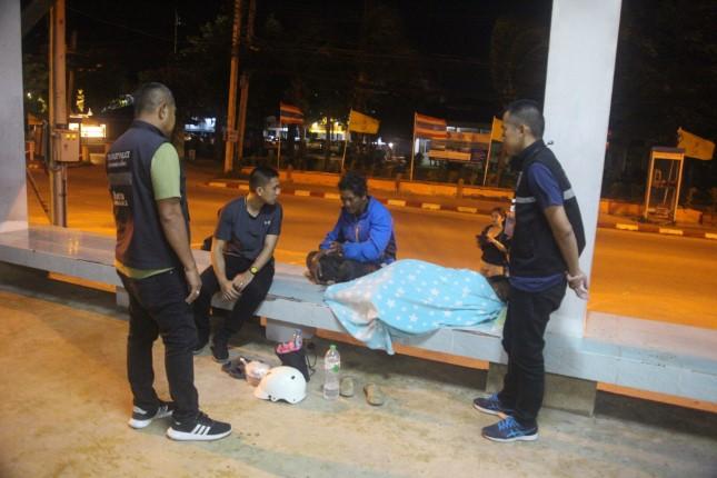 ตำรวจท่องเที่ยว ทนดูยายตาบอดนอนหนาวริมหาดสัตหีบไม่ได้ เดินทางช่วยเหลือกลางดึก
