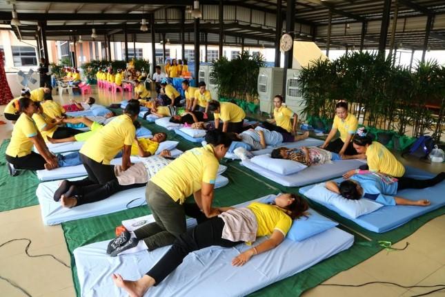 ฝึกปฏิบัติภาคสนามตาม หลักสูตรนวดไทยและนวดฝ่าเท้าเพื่อสุขภาพ เปิดให้บริการนวดฟรี ถึง 31 ก.ค.นี้