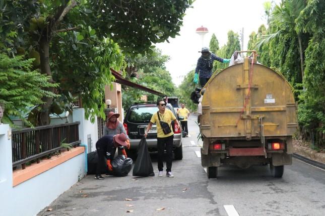 เทศบาลเมืองหนองปรือ สานต่อโครงการถนนสะอาดหน้าบ้านน่ามอง ลดการทิ้งขยะไม่เป็นที่