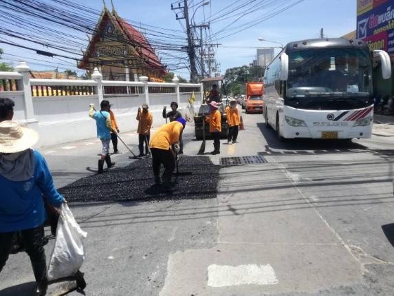สำนักการช่างเมืองพัทยา ส่งเจ้าหน้าที่ซ่อมแซมถนน ปากซอยบุญกัญจนา ตามที่ชาวบ้านร้องเรียน