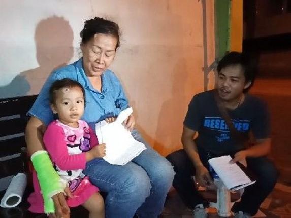 ยายวัย 55 ปีพาหลาน 2 ขวบร้องสื่อ ถูกเก๋งชนแล้วหนี ไม่เหลียวแล