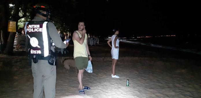 หนุ่มอิหร่านชวนแฟนสาว ลงเล่นน้ำทะเลกลางดึก ถูกโจ๋พัทยากวาดทรัพย์บนชายหาด