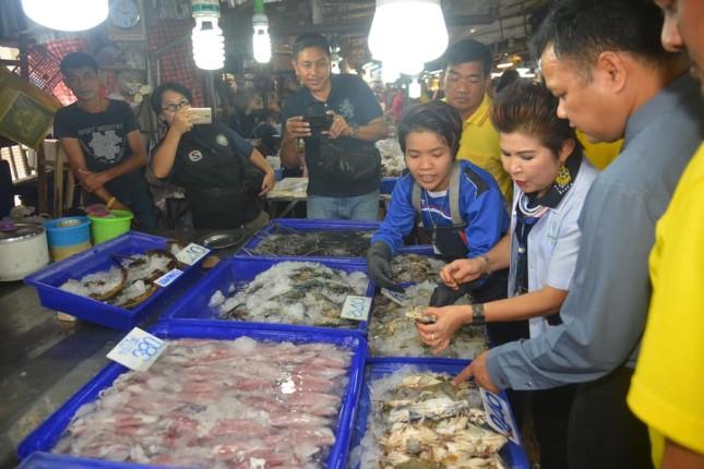เมืองพัทยา ลงพื้นที่ตรวจสอบอาหารทะเลตลาดลานโพธิ์ นาเกลือ ไม่พบสารปนเปื้อน