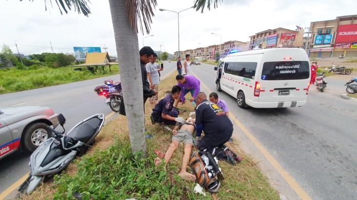 หนุ่มควบจักรยานยนต์ชนอัดต้นไม้สาหัส แพทย์หามเข้าไอซียูยื้อชีวิต