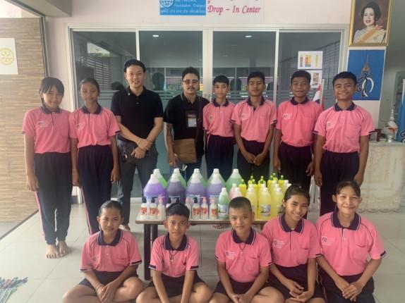 ชุมชนซอยกอไผ่ มอบน้ำยาเอนกประสงค์ ให้แก่ศูนย์พักพิงเด็ก มูลนิธิ HHN เพื่อเด็กไทย ที่ขาดแคลน
